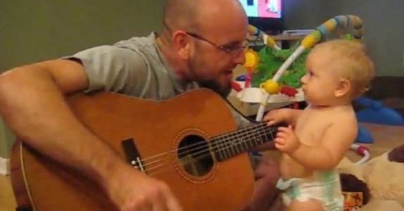 Pappaen begynner å spille gitar. Men SE hva denne lille jenta gjør da!