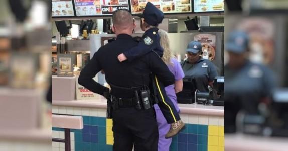 Politimannen løfter opp 4-åringen og stiller seg i kø. Men følg med når de snur seg rundt!