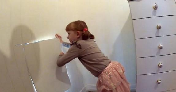 Når mammaen ble gravid, gjemte pappaen noe i veggen. Nå, 7 år senere, finner hun DETTE!