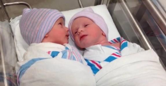 De nyfødte tvillingene er bare 1 time gamle. Se når hun beveger hodet mot søsteren – Utrolig!