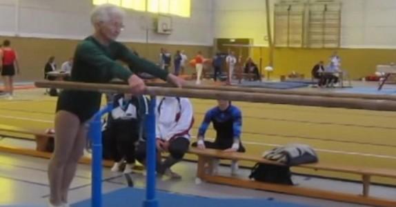Den 86 år gamle damen stiller seg opp. Men det som skjer på 0:11 i videoen? Wow!
