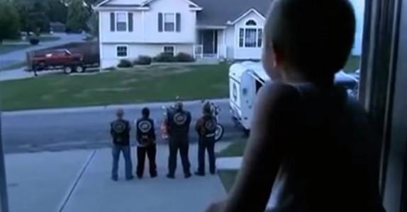 4 motorsyklister står vakt utenfor guttens vindu. Se hva som skjer når de snur seg!