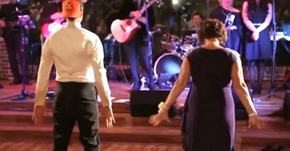 Brudgommen og hans mamma stiller seg opp på dansegulvet. Men FØLG MED når de snur seg. Wow!
