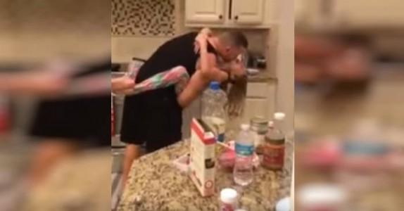 Moren tror far og datter lager frokost. Når hun ser dette mister hun nærmest pusten!