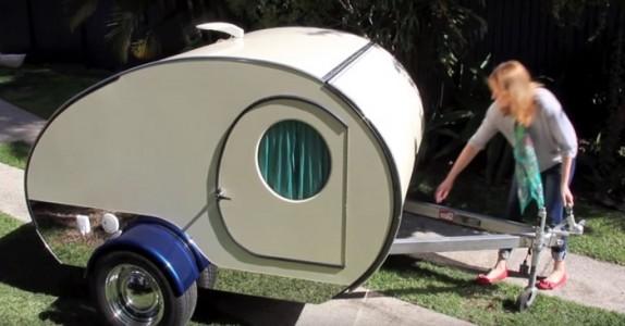 Campingvognen ser ut som et leketøy. Men VENT til hun trekker i håndtaket!