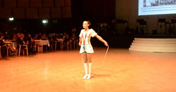 Hun går på gulvet med bare et hoppetau. Men det neste som skjer, får publikum til å MÅPE!