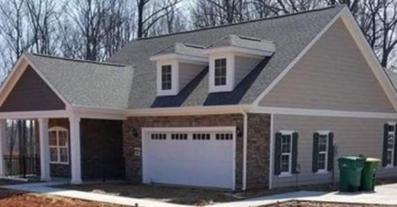 Han kjørte forbi et nytt hus. Kan DU se hva som er feil med det?
