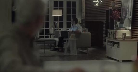 Datteren går ut av rommet, da ser han på svigersønnen og forstår den triste virkeligheten.