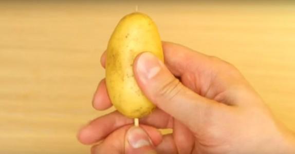 Han stikker ett grillspyd igjennom poteten, men det er det NESTE steget barna kommer til å elske!