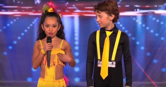 2 unge talenter står i rampelyset. Sekunder senere er publikum i sjokk!