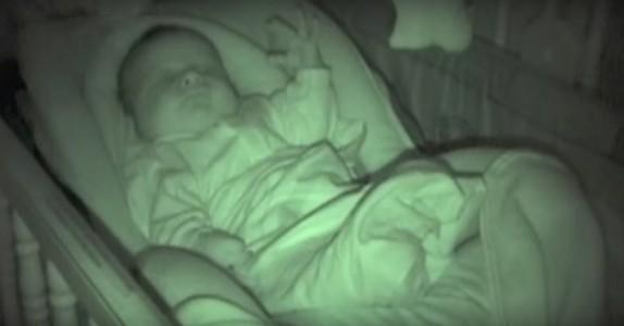 Hun trodde babyens arm var kald og legger den under dynen. Babyens reaksjon? Jeg ler så tårene triller!