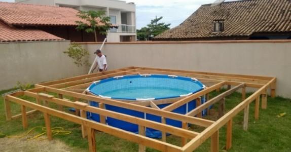 Denne mannen har ikke råd til svømmebasseng. Men det han bygger bak huset er IMPONERENDE!