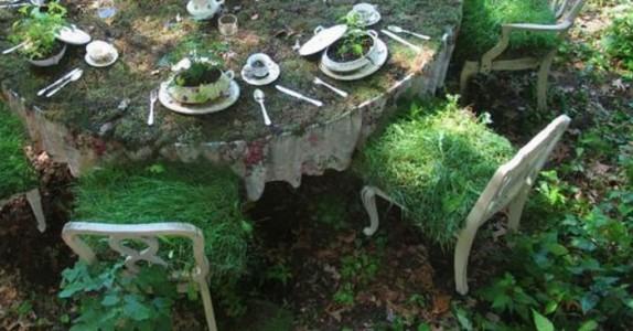 I månedsvis står bordet fullt dekket i hagen. Men vent til du ser hvordan det ser ut til slutt!