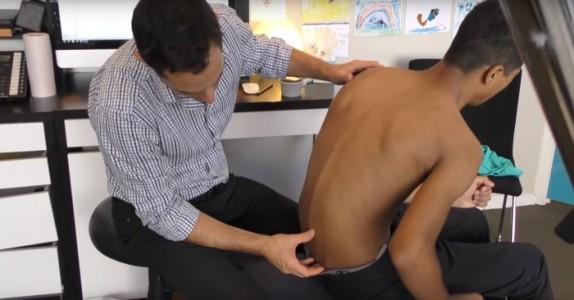 Gutten har så vondt i ryggen at han ikke vil leve. Se hva kiropraktoren gjør med ryggen hans etter bare 10 dager!