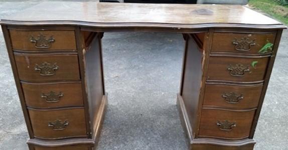 Hun kjøper et gammelt skrivebord hun finner på loppemarked. Det hun gjør med det? Lekkert!