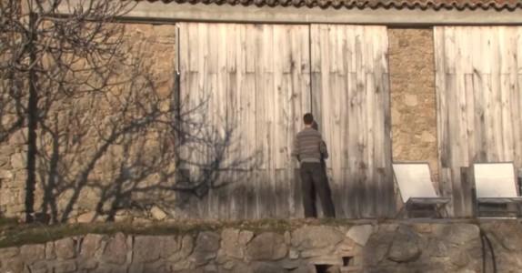 Hans familie bor i en gammel, forlatt låve. Når han åpner dørene? Fantastisk!