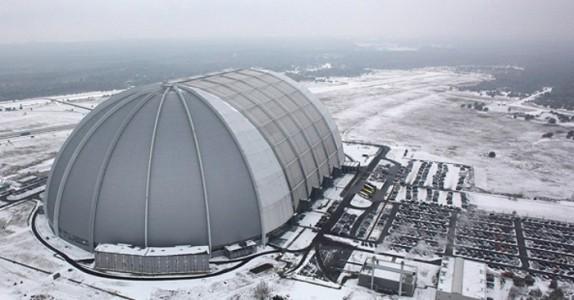 Først trodde vi det var en vanlig hangar. Men innsiden avslører det perfekte reisemålet. Helt utrolig!