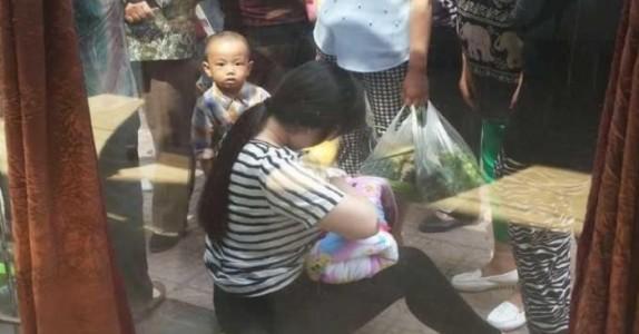Den 26-år gamle moren finner en forlatt baby i en eske. Det hun gjør da rører en hel verden…
