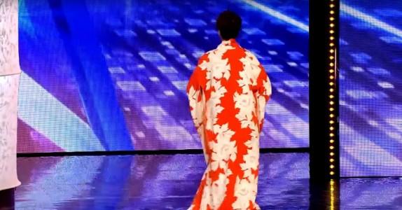 Ingen forstår hva 70-åringen gjør på scenen. Men når hun tar av seg morgenkåpen? Utrolig!