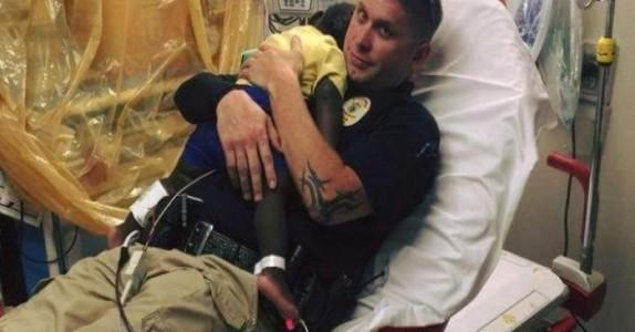 De tar bilde av politimannen med barnet i sykehussengen. Men historien bak tar nettet med storm!