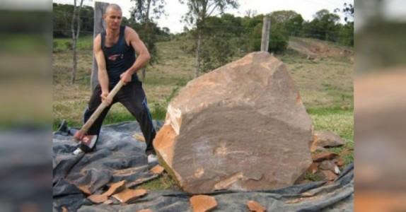 Han svinger øksen mot en stor stein i hagen. Sluttresultatet? Helt utrolig imponerende!