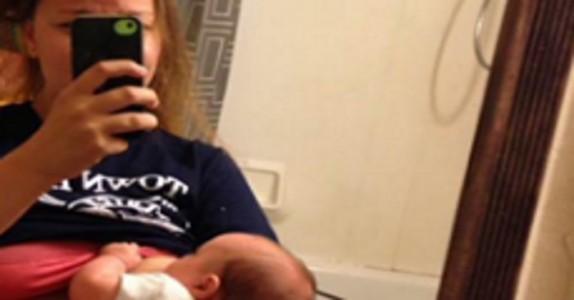 Mor ammer datter foran speilet – hva mannen gjør bak henne får internett til å måpe!