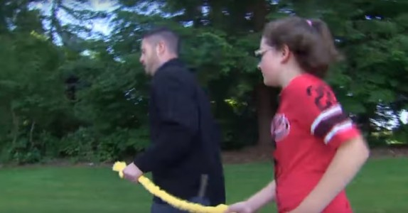 De mobbet den blinde jenta. Da ga rektoren henne ett gult tau, og hun gjorde noe utrolig!