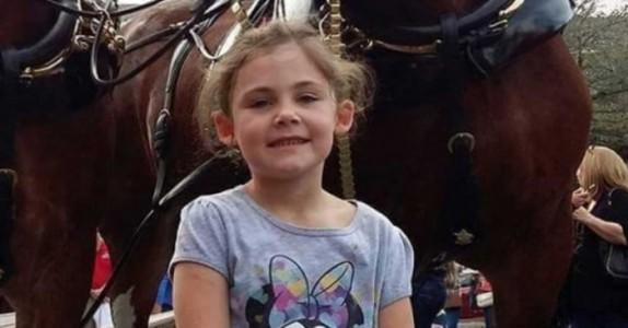 Faren tar bilde av datteren. Men når hesten i bakgrunnen gjør DETTE klarer han ikke slutte å le!