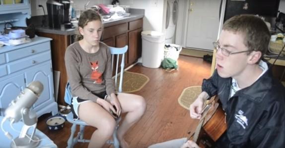 Moren filmer sin sjenerte sønn synge på kjøkkenet… Hold øye med søsteren hans. WOW!