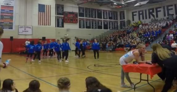 Danselæreren står med ryggen til sine elever. Se når musikken starter… FOR en overraskelse!