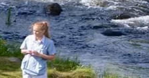 Legen tok med seg den gamle mannen ned til vannkanten. Da tok den forbipasserende frem kameraet.