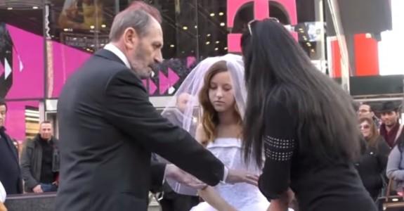 Den 12 år gamle jenta skal gifte seg med 65-åringen. Da gjør en kvinne dette.