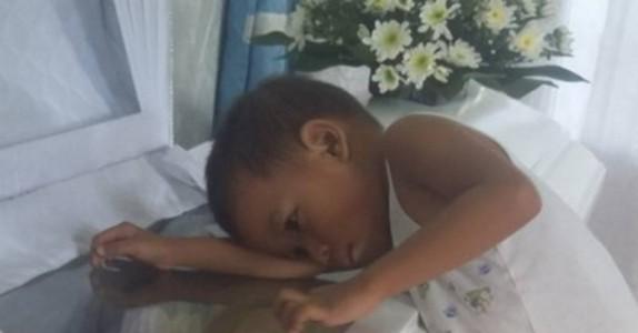 Bildet av den lille gutten ved sin mors kiste rystet internett – men det han sier er enda mer hjerteskjærende!
