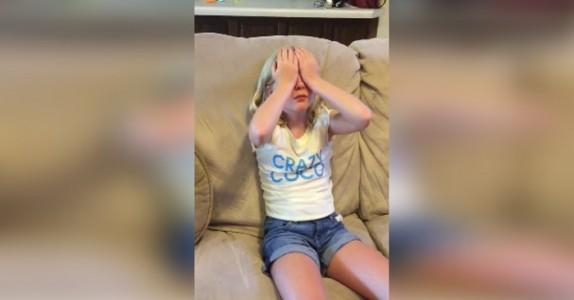 9-åringen dekker til øynene sine. Se hvordan hun reagerer når mor legger DETTE i fanget hennes!