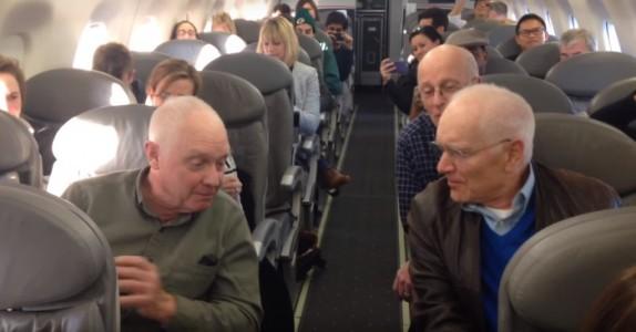 Flypassasjerene tar fram mobilene sine og begynner å filme når den gamle mannen gjør DETTE!