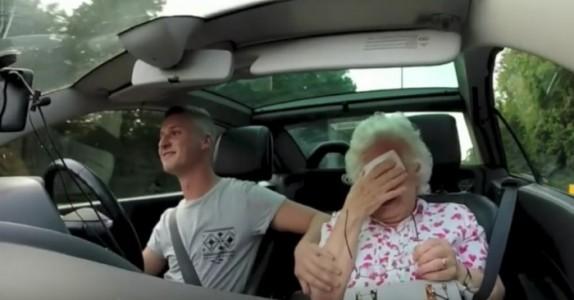 Han henter mormoren sin for å feire 86-årsdagen hennes. Men hør på radioen i bakgrunnen…
