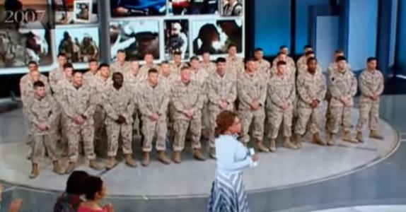 31 utmattede soldater står blikkstille. Men SE hva som dukker opp til høyre i bildet… Hjertevarmende!