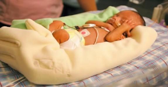 Moren fødte sønnen alt for tidlig: da fant hun fram hagehanskene, og hylles nå av tusenvis!