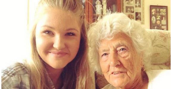 Hun så en ensom 91-åring som ventet på bussen – se så gode venner de er nå!