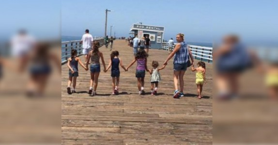 De 6 søstrene skulle adopteres bort hver for seg. Da gjør alenemammaen dette!