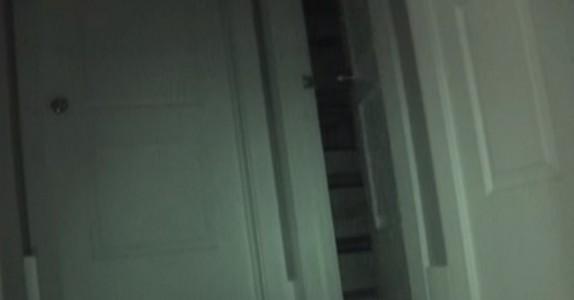 En liten jentes leker forsvant om natten når hun sov. Så de satte opp skjult kamera og fanget DETTE på film!