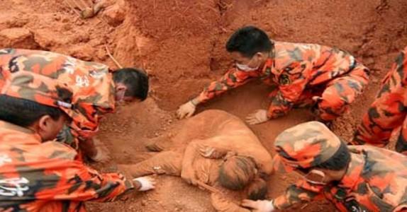 Når kvinnen blir funnet har hun vært død lenge. Men det mennene ser UNDER henne gjør at de alle får tårer i øynene!