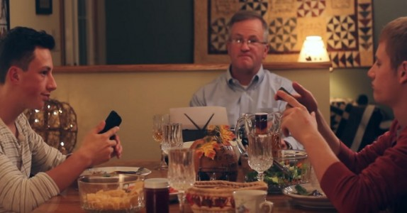 Barna sitter med sine mobiler ved middagsbordet. Farens reaksjon? Jeg ler så jeg rister!