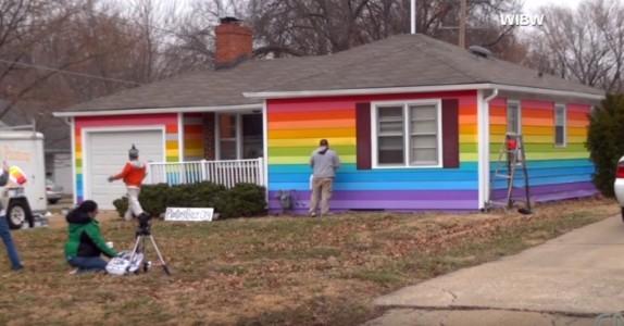 Den hatske naboen truet homofile – da bestemte Aaron seg for å gjøre DETTE!