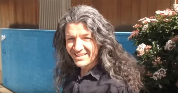 Mannen nektet klippe seg i 22 år. Se reaksjonen når han får se sitt NYE utseende!
