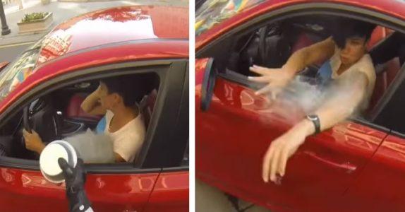 Kvinnen kaster søppel ut vinduet sitt. Da lærer motorsyklisten henne en lekse!