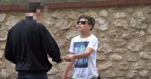 Den blinde gutten spør forbipasserende om vekslepenger. Det som skjer er RYSTENDE!