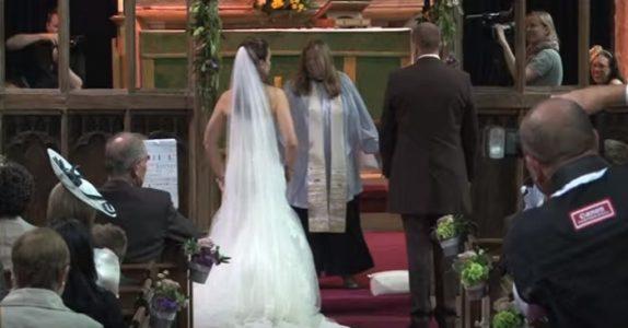 Først tror de presten er gal. Så snur brudeparet seg rundt og overrasker ALLE!