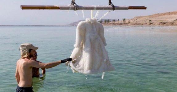 Hun senker en brudekjole ned i Dødehavet. 2 år senere skjer DETTE!