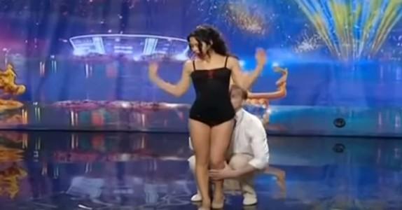 Han holder henne fast i strømpebuksene. Men det NESTE de gjør, får publikum til å juble!